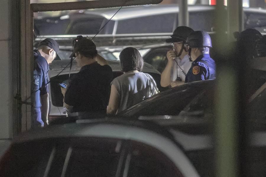 警方層層包圍,並連繫歹徒家屬前來勸說與談判。(陳麒全攝)