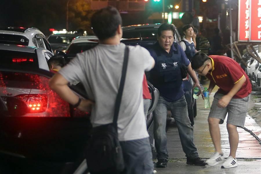 被救出的9名人質也被警方帶回制作筆錄。(陳麒全攝)