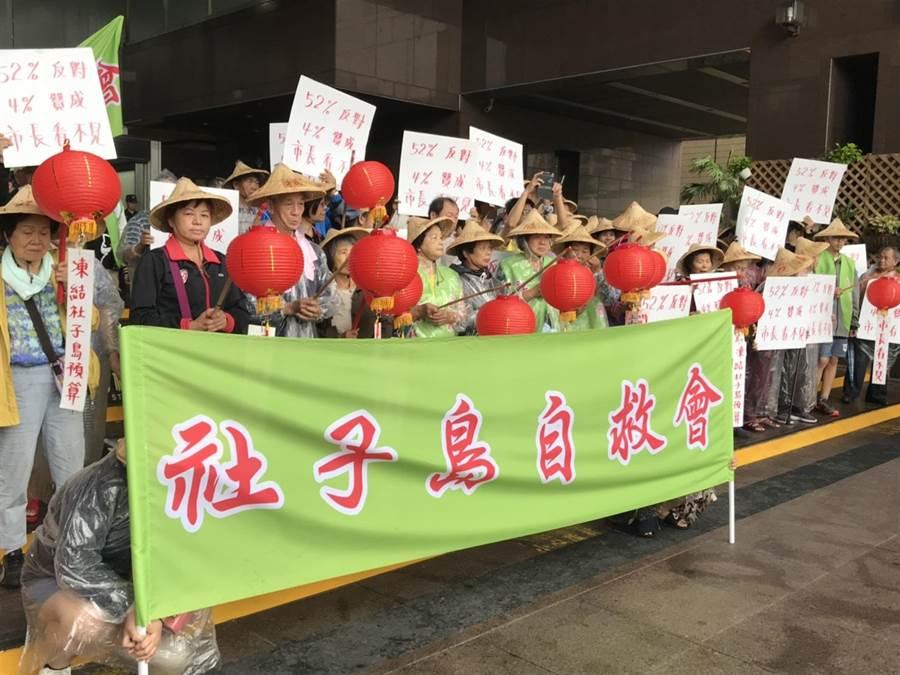 超過50位社子島居民今早不畏大雨,到北市府前抗議,絕大多數都是超過65歲的長輩。(張潼攝)