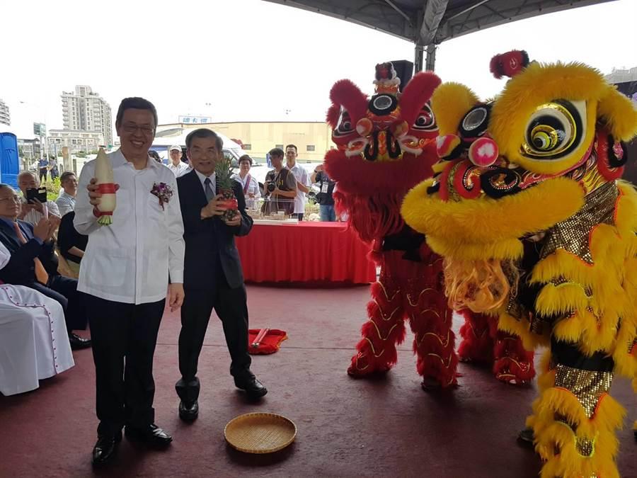 玛利亚社福基金会「极重多障服务大楼」13日动土典礼,学员精彩舞龙舞狮表演,副总统陈建仁递上红包。