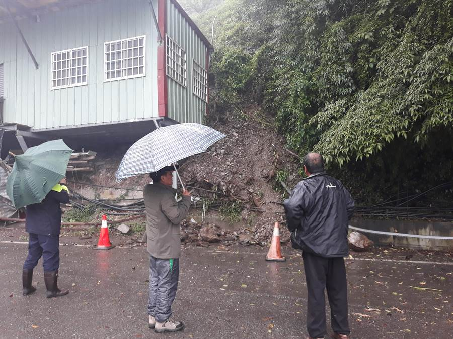 边坡土石崩塌,工寮首当其冲,警方及当地里长到场,劝离工寮住户。