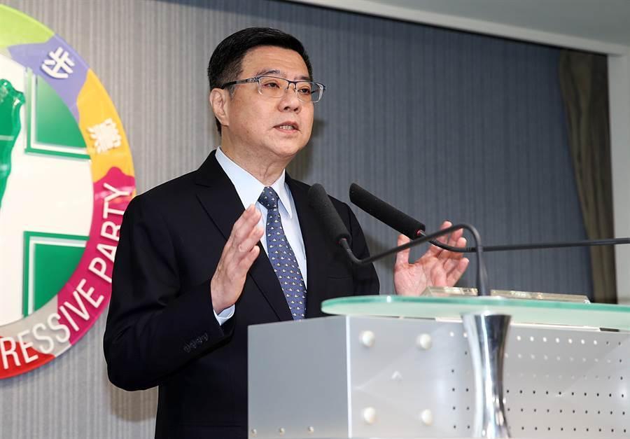 民進黨主席卓榮泰在記者會中公布黨內總統初選民調結果,由蔡英文總統勝出。(姚志平攝)