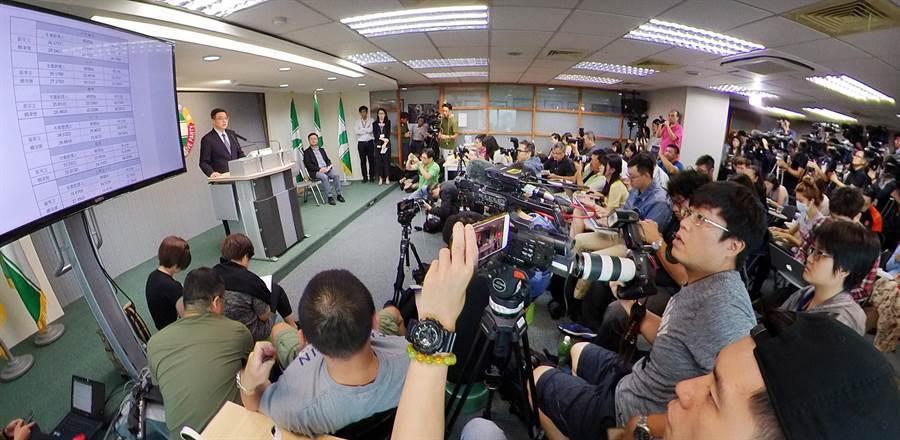民進黨舉行記者會公布黨內總統初選民調結果吸引大批媒體採訪,黨主席卓榮泰(左)宣布由蔡英文總統勝出。(姚志平攝)
