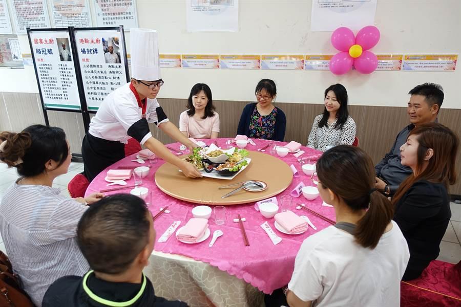 云林县大成商工餐饮科学生由国宴主厨引导,自行烹煮谢师宴,五星级国宴美食上桌。