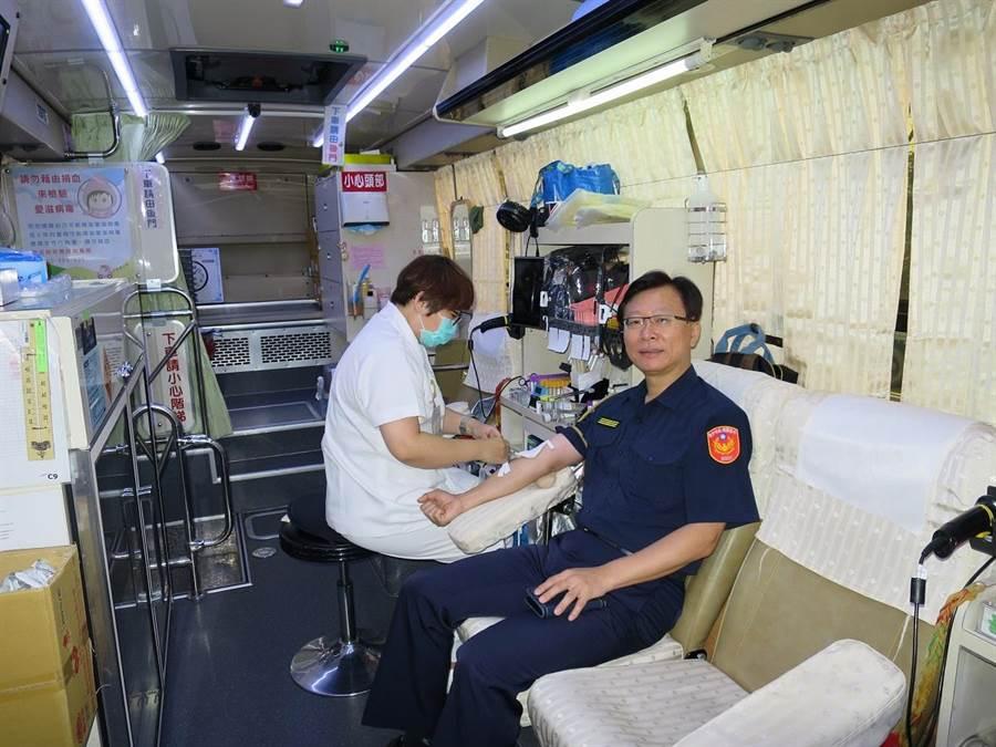 霧峰警分局長莊勝雄率先捐出500CC熱血,帶領員警挽袖捐血。(翻攝照片)