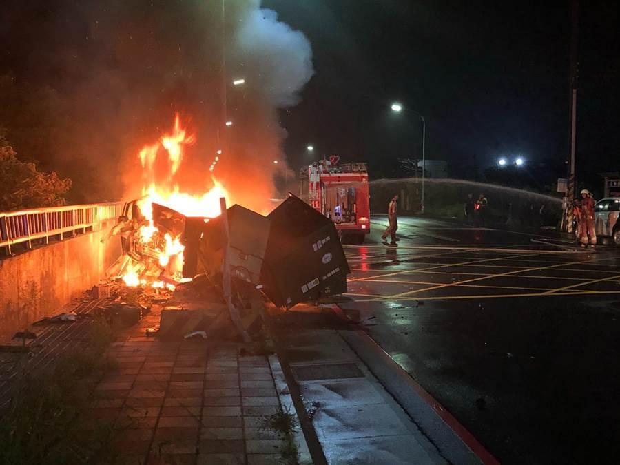 賴姓男子13日凌晨疑似酒駕後自撞變電箱,傷重送醫不治,轎車也陷入火海。(徐養齡翻攝)