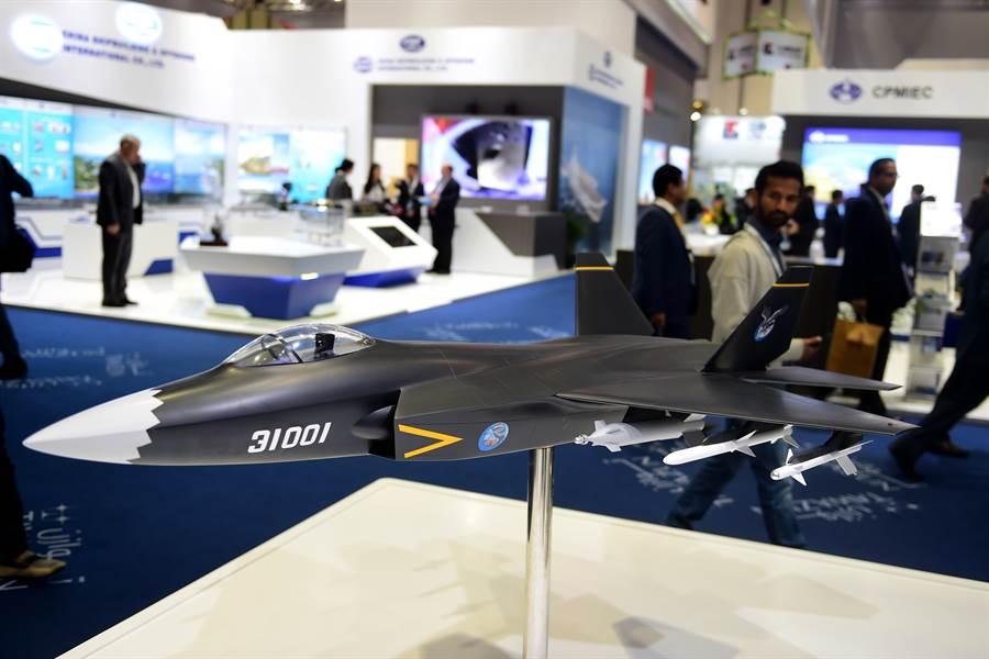 「鶻鷹」戰機模型2017年2月在第13屆阿布達比國際防務展亮相的資料照。(新華社)