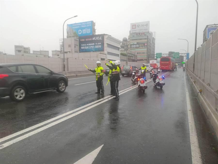 北市交警強陣雨時適時啟動交通快打機制,增派人員加強疏導、保持路口淨空及驅離。(吳家詮翻攝)