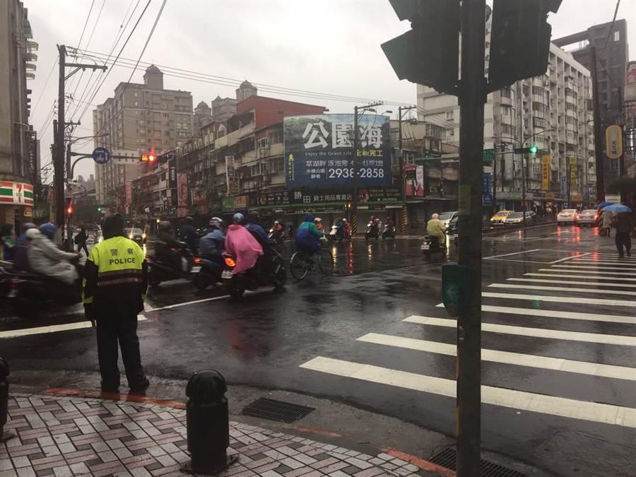 北市警局呼籲下雨天開車出門的市民較多,,請配合現場員警、義交指揮耐心等候。(吳家詮翻攝)
