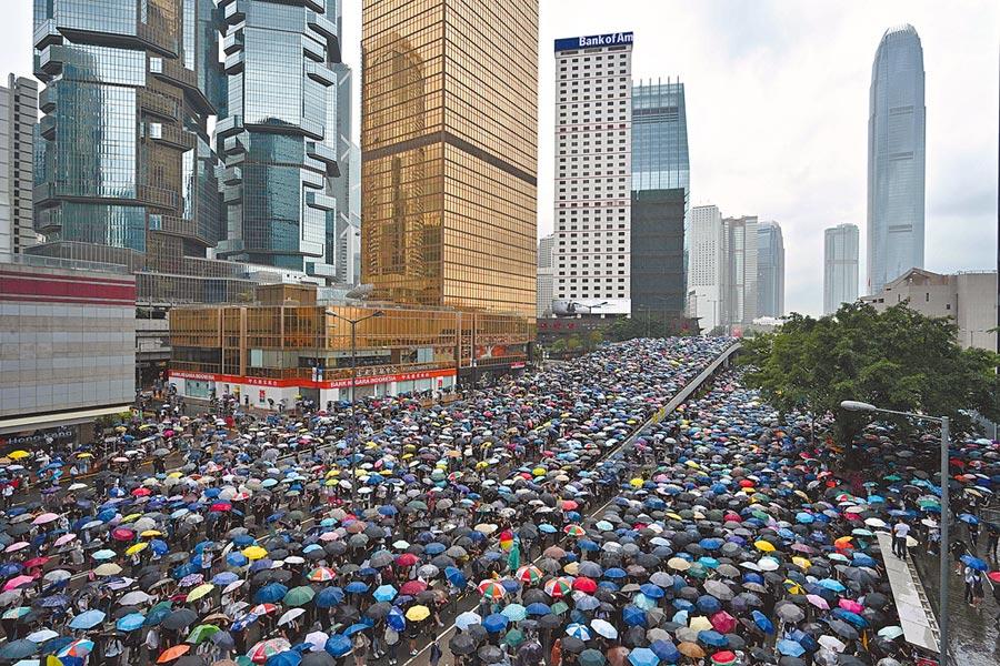 香港民眾憤怒 收集港府高官子女國籍