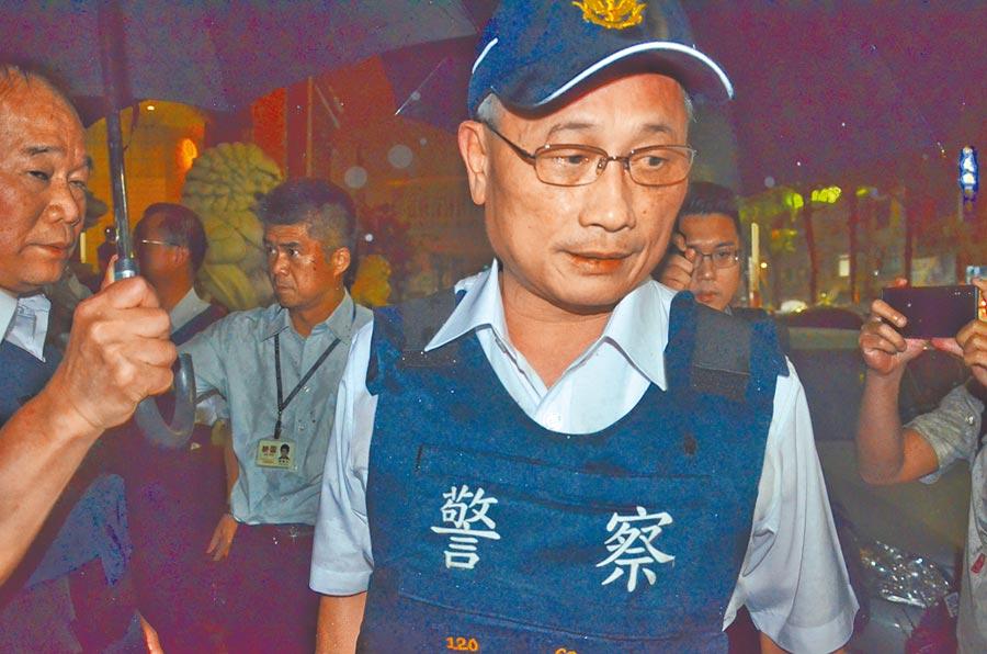 警政署長陳家欽12日晚間穿著防彈背心進入汽車賣場與歹徒談判。(賴佑維攝)