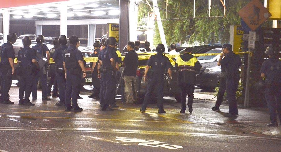 2名持槍歹徒12日晚間闖入桃園市一家中古車行,挾持屋內9名人質,警方調派大批警力及特勤隊員至現場。(賴佑維攝)