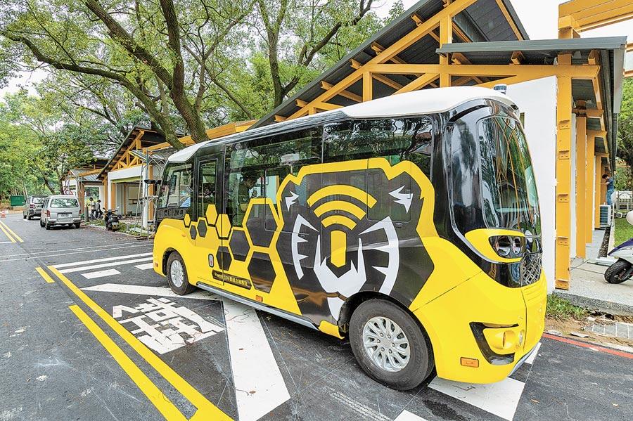 自駕車搶先亮相,桃市府將於虎頭山創新園區規畫研發測試、資訊安全、智慧製造3個產業發展目標。(甘嘉雯翻攝)