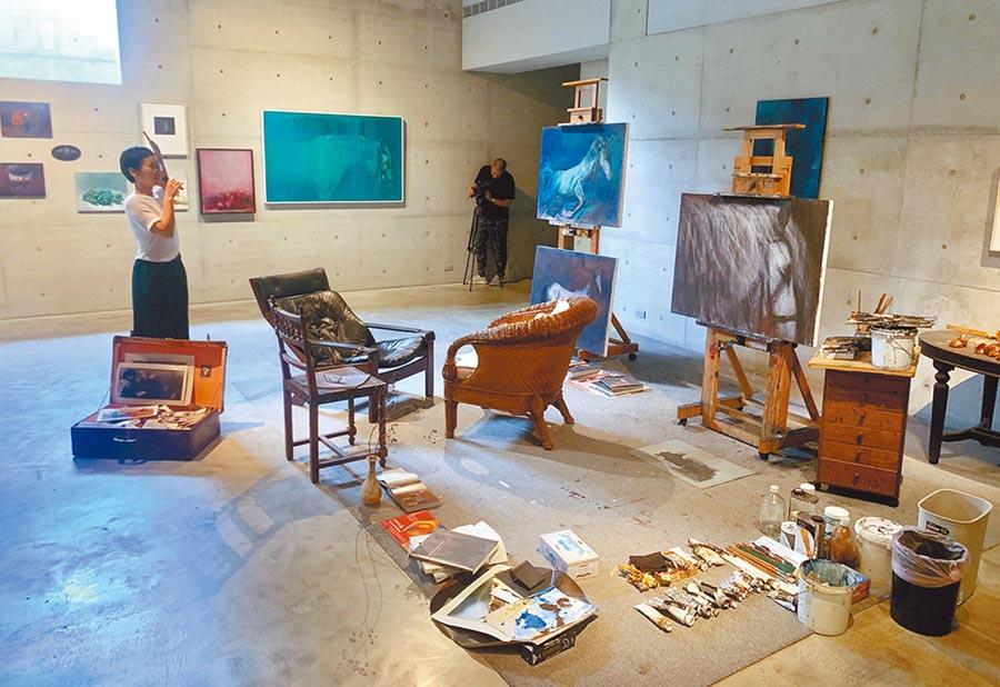 毓繡美術館還原李足新繪畫工作室樣貌,正在館內展出。(廖志晃攝)