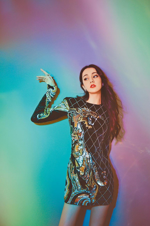 迪麗熱巴穿繡猛虎的黑色洋裝搭配MIKIMOTO珍珠,展現時尚霸氣。(MIKIMOTO提供)