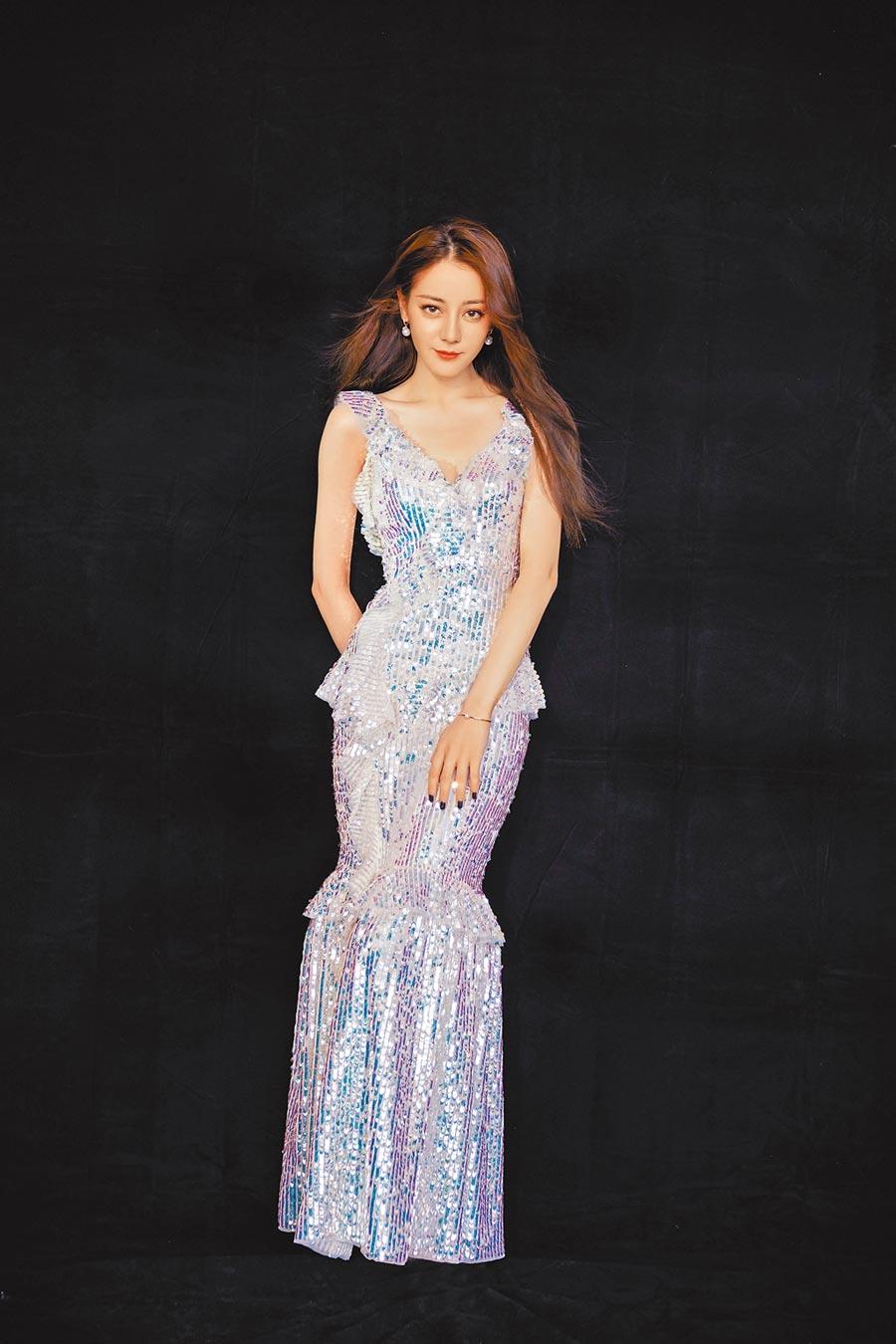 迪麗熱巴在生日會上穿魚尾禮服搭配MIKIMOTO珍珠,造型宛如美人魚般優雅脫俗。(MIKIMOTO提供)