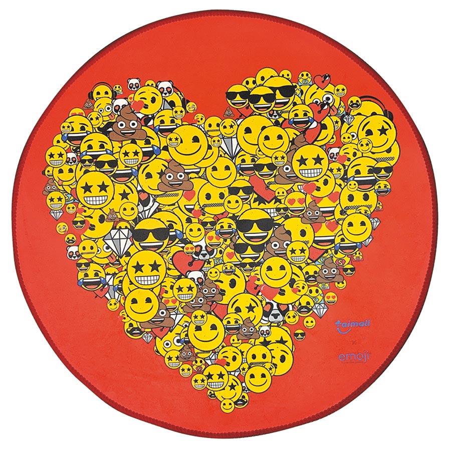 台茂14日至7月14日舉辦「emoji夏日遊樂園」,20日當天有首日扣點禮,持MORE利卡扣99點可兌換emoji圓形地墊,限量1500個。(台茂提供)