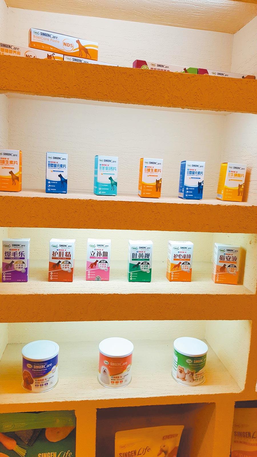 上海信元生產一系列寵物保健營養品。(記者葉文義攝)
