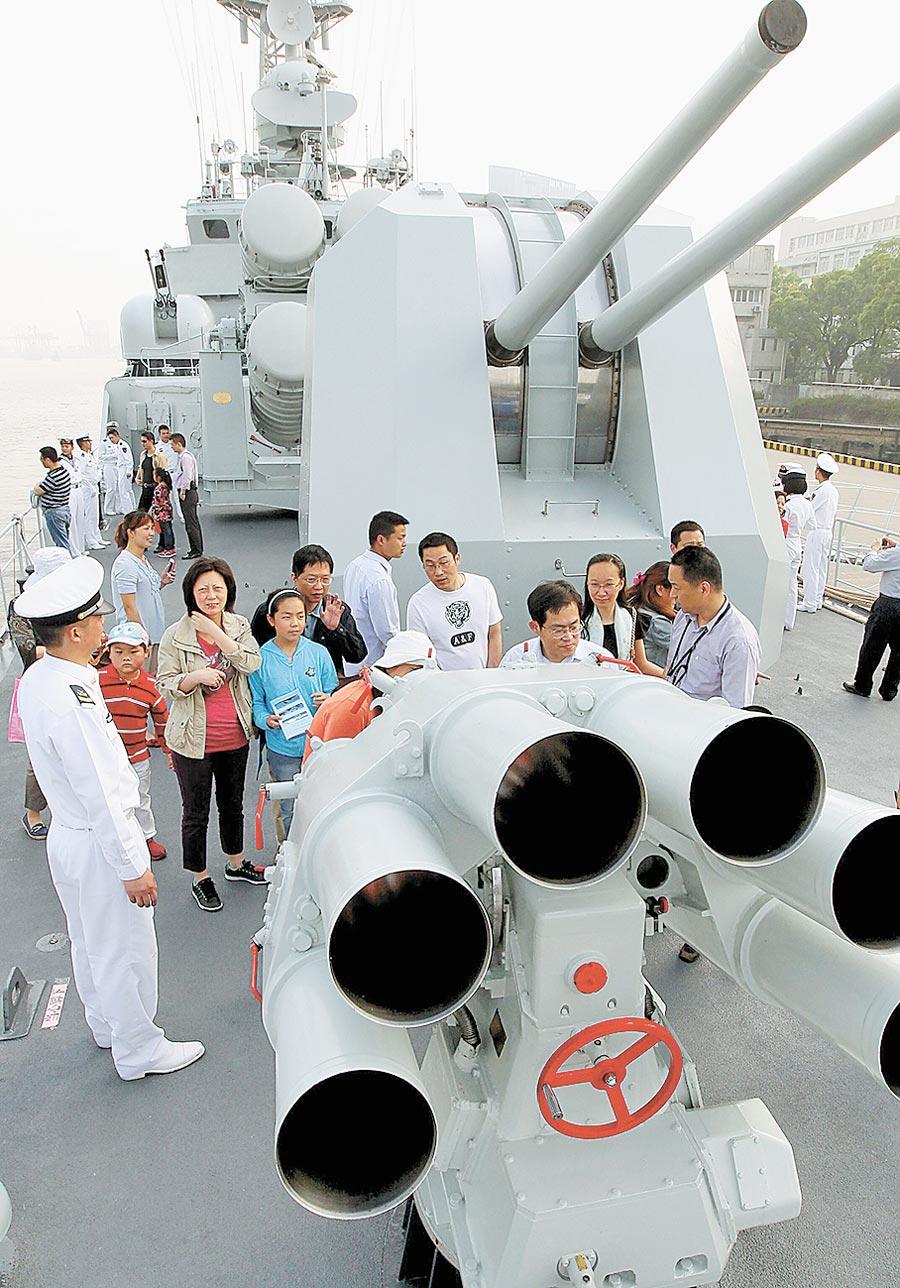 2013年5月12日,民眾在解放軍海軍銅陵號軍艦甲板上參觀。(新華社)
