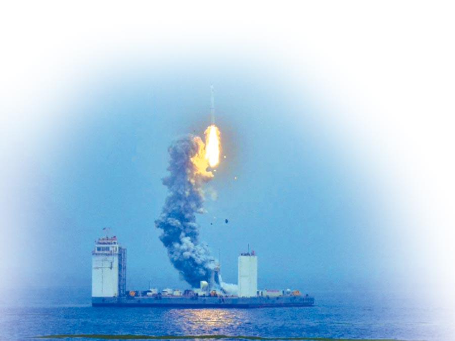 長征十一號運載火箭完成首次海上發射。(央視截圖)