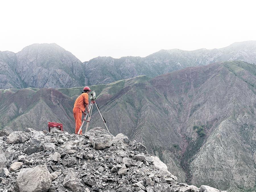 5月24日,吉爾吉斯北南第二條公路建設工程最險要的八標段建設現場。(新華社)