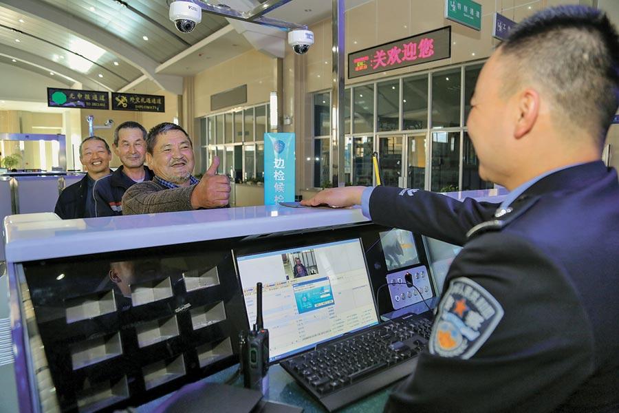 吉爾吉斯旅客11日在新疆辦理出境手續。(新華社)