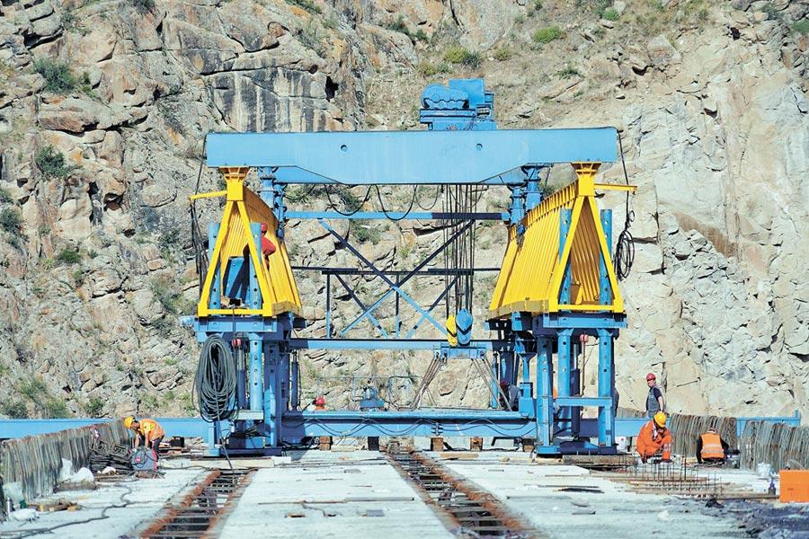 5月24日,吉爾吉斯賈拉拉巴德第二特大橋架梁。(新華社)