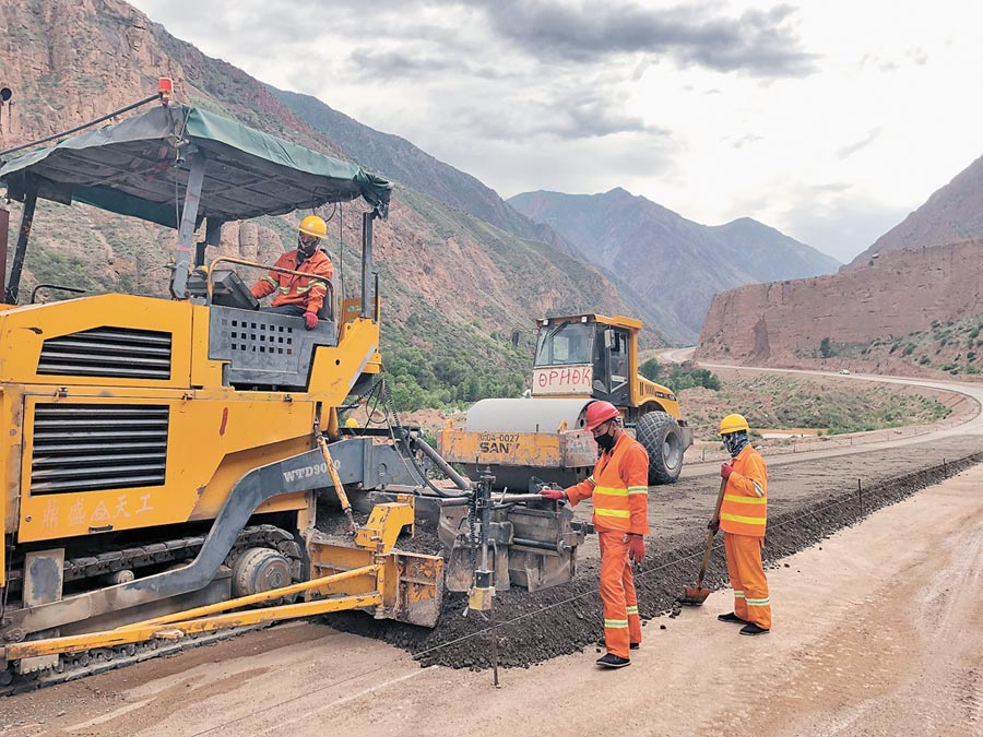 5月24日在吉爾吉斯賈拉拉巴德拍攝的北南第二條公路建設工程現場。(新華社)