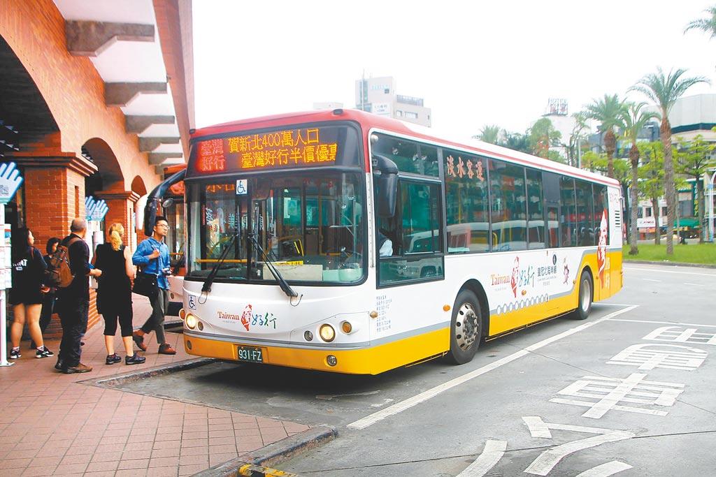 歡慶新北突破400萬人口,新北市交通局推出台灣好行3路線半價優惠,邀更多人來新北玩樂。(葉德正攝)