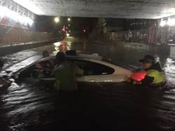 竹市暴雨淹沒地下道  BMW硬闖遭滅頂
