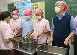 韓國瑜訪視偏鄉 戴頭巾親自打菜供餐