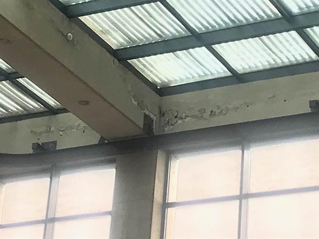 鶯歌陶博館興建超過30年,民代會勘發現除設備毀損外,部分梁柱也出現龜裂現象,將在耐震評估後修復。(陳俊雄攝)