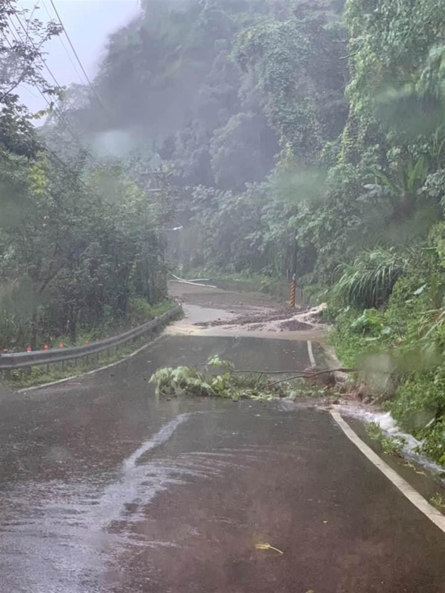 山區道路因大雨受阻,公所考量學童、家長安全,緊急宣布鄉立幼兒園停課。(何冠嫻翻攝)