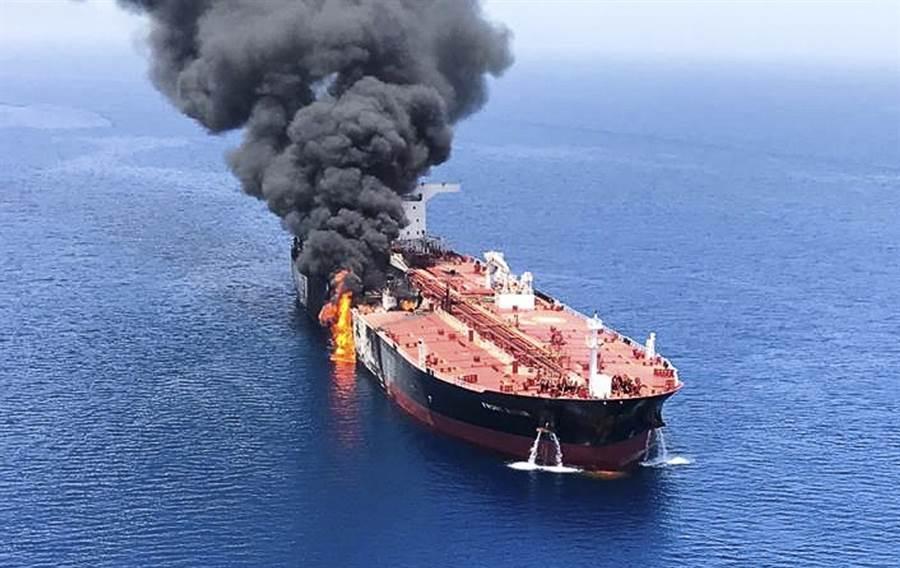 一艘油輪13日在阿曼灣遇襲後冒出濃煙。(美聯社)