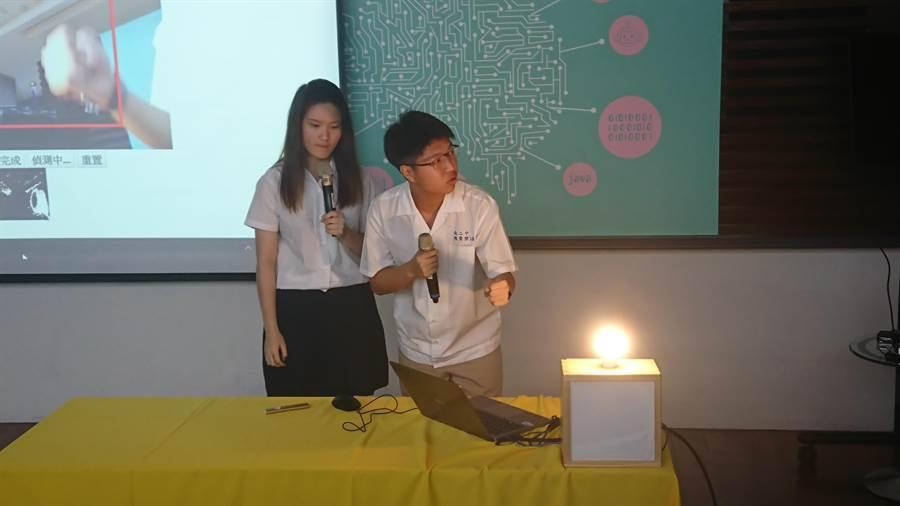 教育部今(14)日提出「人工智慧(AI)與新興科技教育總體實施策略」,發表國小到高中的教材,並宣布將「機器學習」及「人工智慧」列入師資培育職前教育課程必選,記者會邀請台南二中學生演示教案。(李侑珊攝)