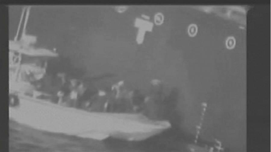針對伊朗涉嫌攻擊兩艘油輪,美軍公布影片,指出伊朗精英伊斯蘭革命衛隊從遇襲的油輪Kokuka Courageous號上移除未爆水雷。(路透社)