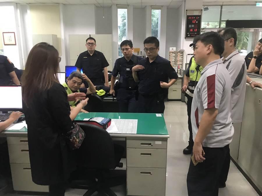 健康派出所請專業人員現場示範,教導同仁熟悉AED的操作程序,分梯進行急救訓練。(張妍溱翻攝)