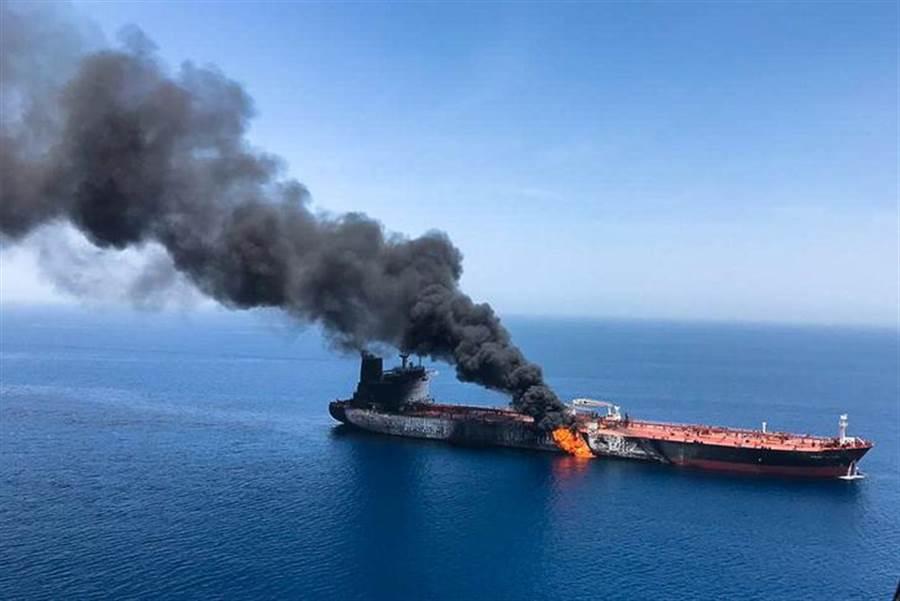 2艘油輪13日早上在伊朗外海的阿曼海遇襲爆炸,其中1艘為台灣中油公司租用的貨油船。(路透)