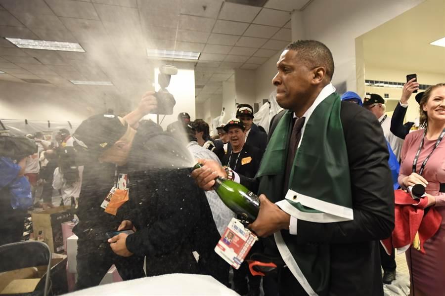 暴龍總裁烏傑里在休息室開心噴香檳慶祝封王,如今傳出美國前總統歐巴馬正在幫助巫師遊說這位好友前往華盛頓工作。(美聯社資料照)
