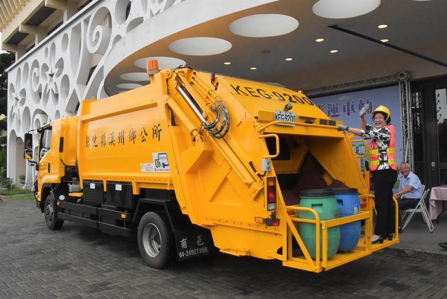 垃圾車加入生力軍,新型的垃圾車和回收車具有低耗能、低排碳、低噪音的特色。(吳敏菁攝)