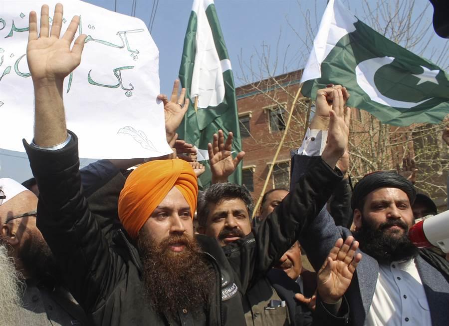 在印度與巴基斯坦邊界發生軍事衝突後,巴國白沙瓦地區民眾聚會高喊口號抗議印度。(圖/美聯社)