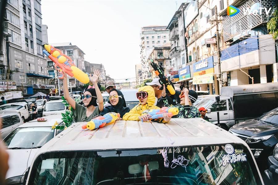 小S(左起)阿雅、大S、范曉萱錄製陸綜《我們是真正的朋友》,在潑水節玩瘋射路人。(圖/WeTV提供)