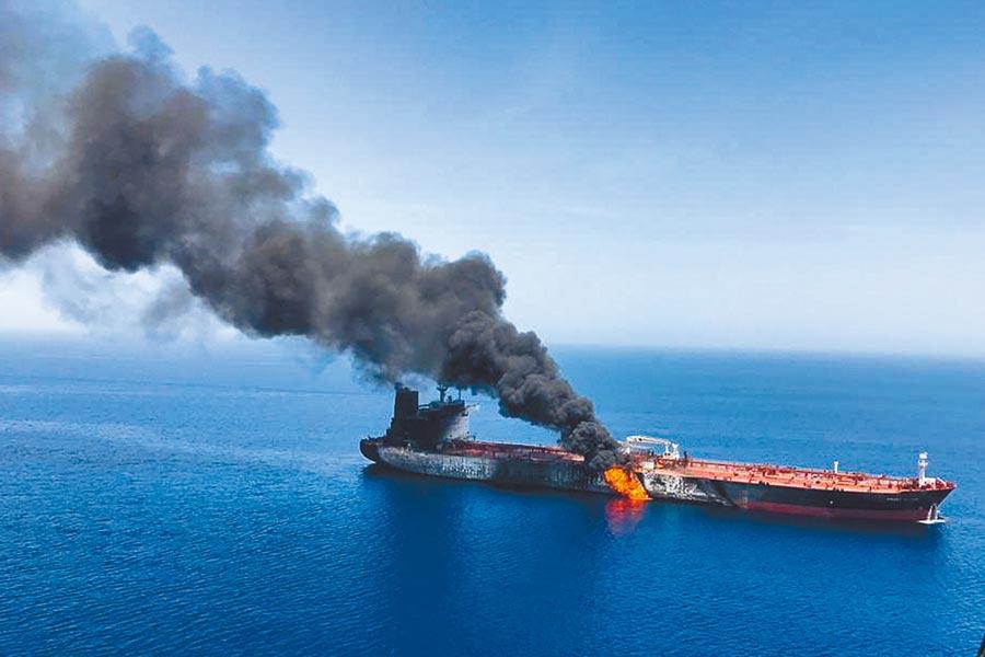 2艘油輪13日早上在伊朗外海的阿曼海遇襲爆炸,其中1艘為台灣中油公司租用的貨油船,另1艘船身在吃水線以上部分被炸裂出大洞。(美聯社)