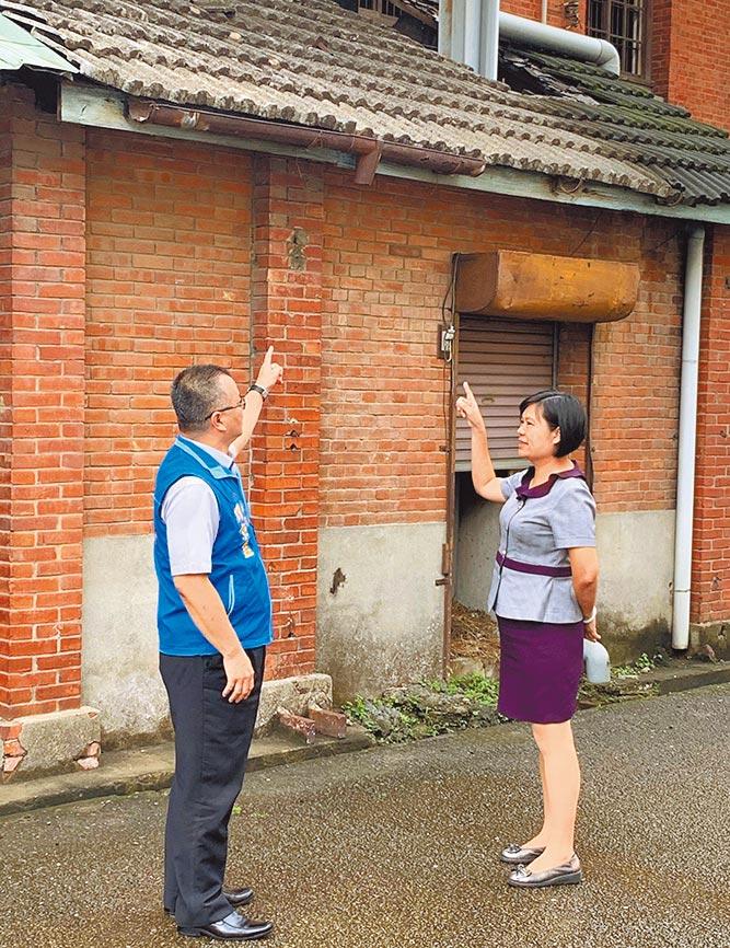 市議員賴朝國服務處主任劉京益(左),昨天下午會同農會人員一同會勘農會穀倉。(陳世宗攝)