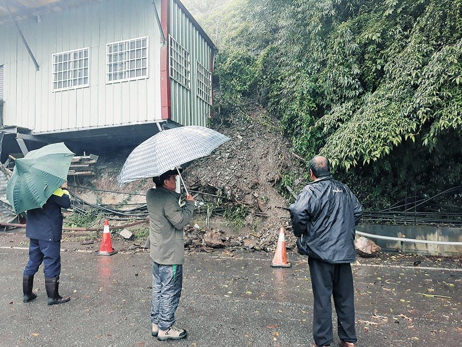 中横公路台8线75.8公里边坡发生土石崩塌,工寮首当其冲,警方及当地里长到场,劝离工寮住户。