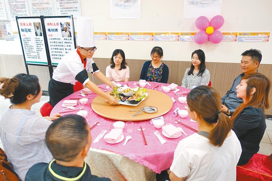 学生将五星级国宴美食端上桌。