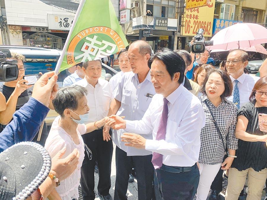 賴清德初選落敗回台南參拜,支持者熱情歡迎。 (中央社)