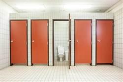 廁所驚見尋歡洞 下一秒東西伸過來
