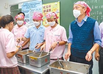 訪偏鄉國中 韓國瑜扮打菜郎
