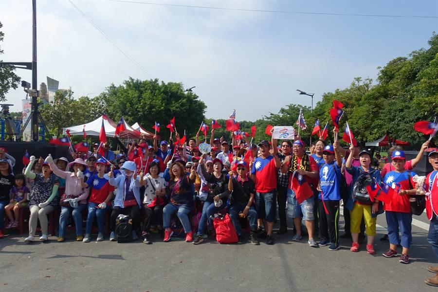 第一批抵達的支持者紛紛在舞台前留影,彼此打氣呼口號「韓國瑜凍蒜」。(周麗蘭攝)